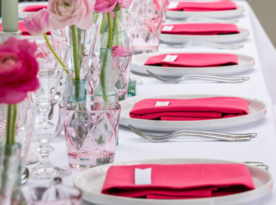 Pink Fuchsia napkins with a Arctic White table cloths